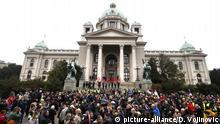 Serbien - Demonstranten versammeln sich vor dem Parlament