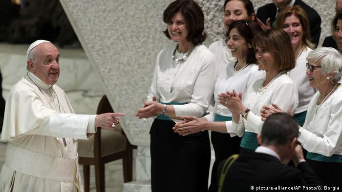 Vatikan Schüler der Visconti Schule bei Papst Franziskus (picture-alliance/AP Photo/G. Borgia)