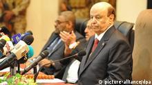 13.04.2019, Jemen, Seiyun: Abed Rabbo Mansur Hadi, Präsident des Jemen, nimmt an der ersten Sitzung des jemenitischen Parlaments seit dem Ausbruch des Krieges vor vier Jahren teil. Die Regierung wolle endlich Frieden, sagte Hadi vor dem Parlament. Foto: -/SPA/dpa +++ dpa-Bildfunk +++  