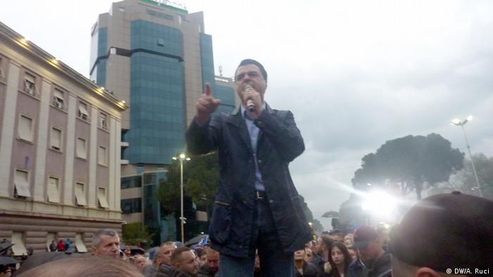 Der Chef der oppositionellen Demokratischen Partei, Lulzim Basha, fordert den Rücktritt von Ministerpräsident Edi Rama (Foto: DW/A. Ruci)