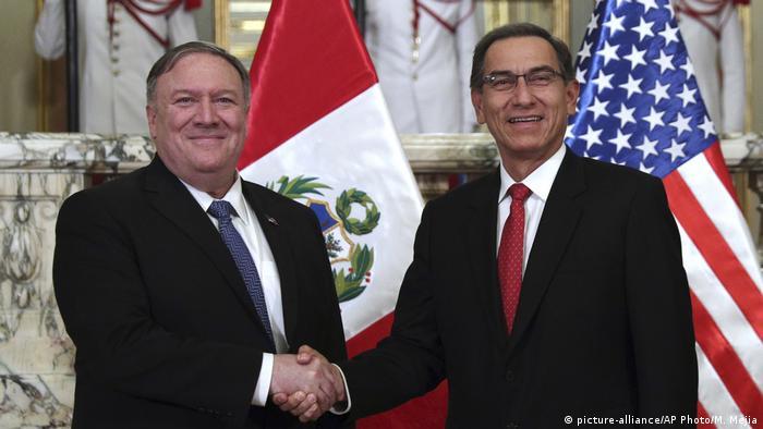 Peru Mike Pompeo und Martin Vizcarra in Lima (picture-alliance/AP Photo/M. Mejia)