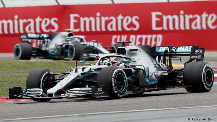 Motorsport Formel 1 - Großer Preis von China   Lewis Hamilton vor Valtteri Bottas