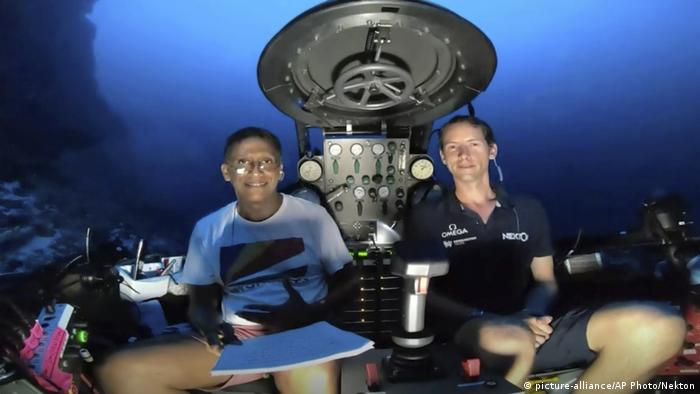 Seychelles President Daniel Faure in a submersible (picture-alliance/AP Photo/Nekton)