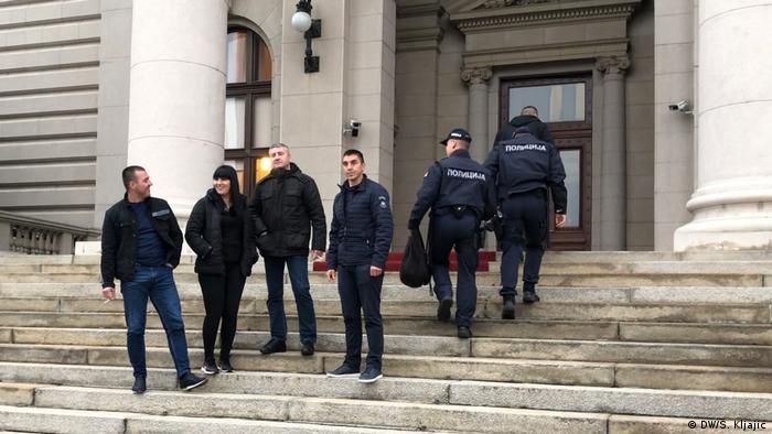 Policija pred Skupštinom