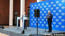 Ukraine Kiew - Präsident Petro Poroschenko wartet auf Rivale Wolodymyr für Debatte