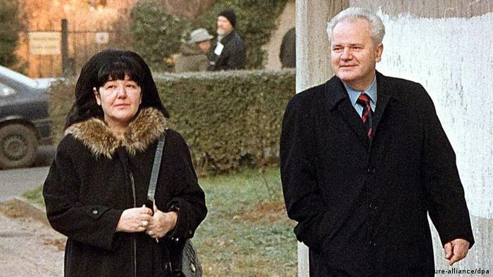 Mirjana Markovic (l) with her husband Slobodan Milosevic after his ouster ((picture-alliance/dpa)