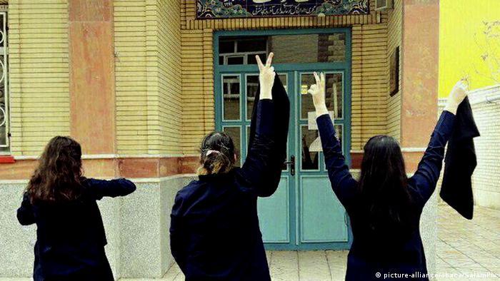 Iran Frauen protestieren gegen Kopftuchzwang (picture-alliance/abaca/SalamPix)