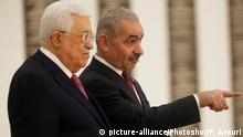 (190413) -- RAMALLAH, April 13, 2019 () -- New Palestinian Prime Minister Mohammed Ishtaye (R) and Palestinian President Mahmoud Abbas attend the swearing-in ceremony of the new government in the West Bank city of Ramallah, April 13, 2019. New Palestinian Prime Minister Mohammed Ishtaye and his cabinet members were sworn in on Saturday before President Mahmoud Abbas at his headquarters in the West Bank city of Ramallah, the official television reported. (/Fadi Arouri) |