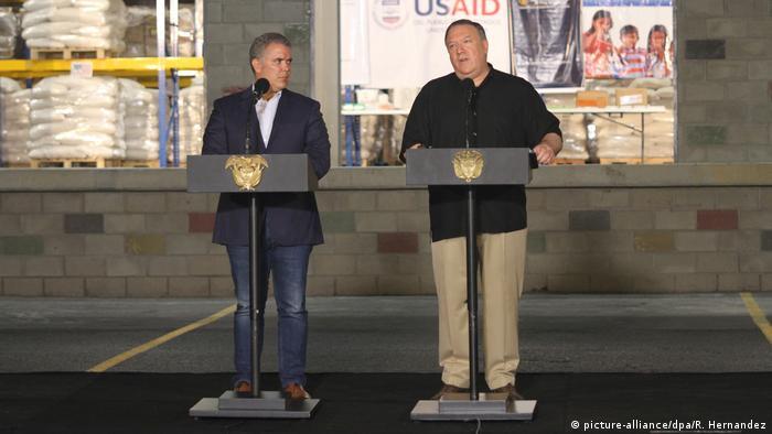 ABD Dışişleri Bakanı Mike Pompeo (sağda), Kolombiya'nın Cucuta kentinde ev sahibi Devlet Başkanı Ivan Duque ile bir basın toplantısı düzenledi.