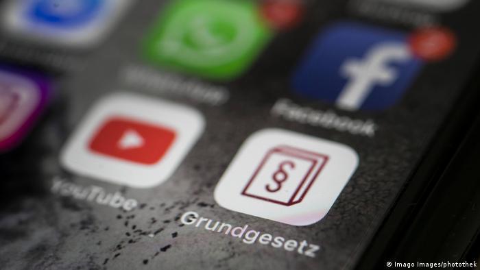 Symbolbild Urheberrecht im Internet | Grundgesetz (Imago Images/photothek)