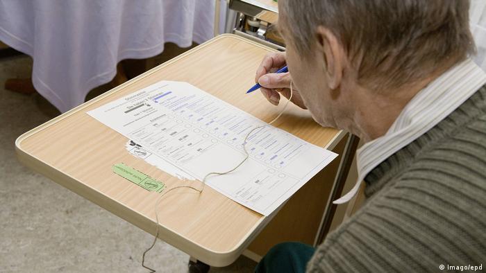 Bundestagswahl 2009 | Wahlen in Bremen | Stimmabgabe mit Wahlhelfer