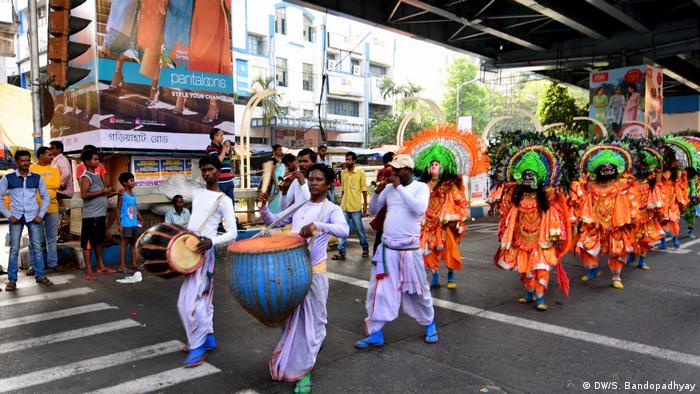 Bengali new year's procession Street scene (DW/S. Bandopadhyay)