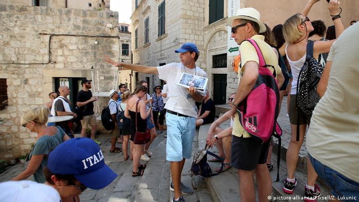 Ein Touristenführer in Dubrovnik zeigt Game of Thrones-Drehort