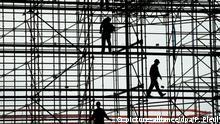 Arbeiter stehen auf einem Baugerüst an der Empfangshalle des zukünftigen Airport Berlin-Brandenburg-International (BBI) in Schönefeld, aufgenommen am 06.04.2011. Wenn der Flugbetrieb am neuen Flughafen BBI am 3. Juni 2012 offiziell startet, sollen hier rund 27 Millionen Passagiere abgefertigt werden. Foto: Patrick Pleul (zu dpa Volkswirte: Brexit trifft auch deutschen Arbeitsmarkt vom 27.06.2016) +++(c) dpa - Bildfunk+++ | Verwendung weltweit