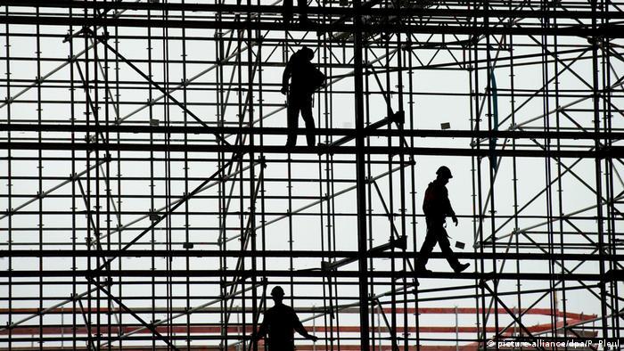 Які наслідки має масова трудова еміграція українців?