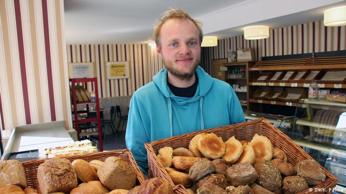 Jonas Korn rettet in Leipzig Lebensmittel vor der Mülltonne. Hier holt er gerade die unverkauften Backwaren nach Ladenschluß von einer Bäckerei ab.