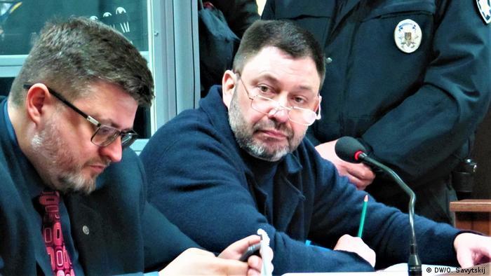 Кирило Вишинський (п) з адвокатом