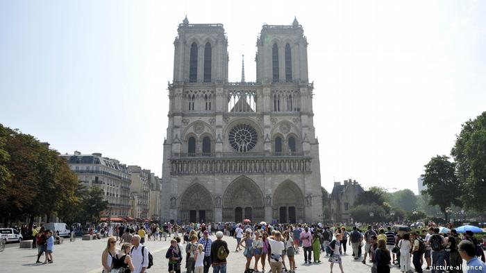 Notre-Dame cathedral, visitors to the square in front of the monument (picture-alliance)