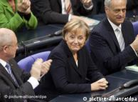 Angela Merkel es aplaudida en el Parlamento alemán al conocerse su confirmación como canciller.