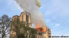 15.04.2019, Frankreich, Paris: Flammen und Rauch steigen von einem der berühmtesten Wahrzeichen der Welt, der Pariser Kathedrale Notre-Dame, auf. Die Bürgermeisterin der französischen Hauptstadt spricht von einem «fürchterlichen Brand». Foto: Uncredited/AP/dpa +++ dpa-Bildfunk +++  