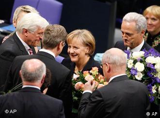 Депутаты бундестага поздравляет Ангелу Меркель с переизбранием
