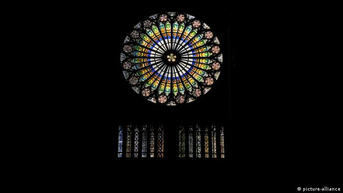 Fensterrose, Rosette an der Westfront der Kathedrale Notre-Dame in Paris - (picture-alliance)