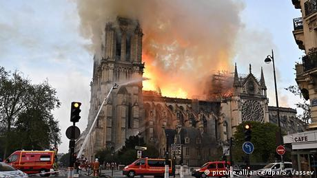 Notre Dame in Paris on fire (picture-alliance/dpa/S. Vassev)