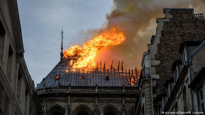 Kathedrale Notre-Dame in Paris brennt (picture-alliance/N. Liponne)