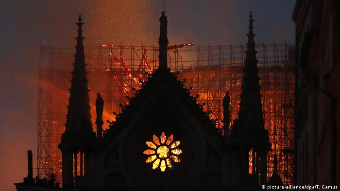 Nightime blaze in Notre Dame (picture-alliance/dpa/T. Camus)