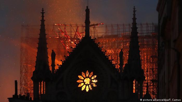 Nightime blaze in Notre Dame (picture-alliance/dpa/T. Camus)