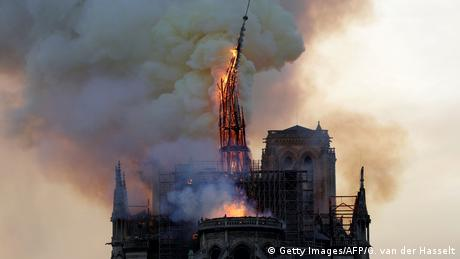 Notre Dame steeple falling down (Getty Images/AFP/G. van der Hasselt)