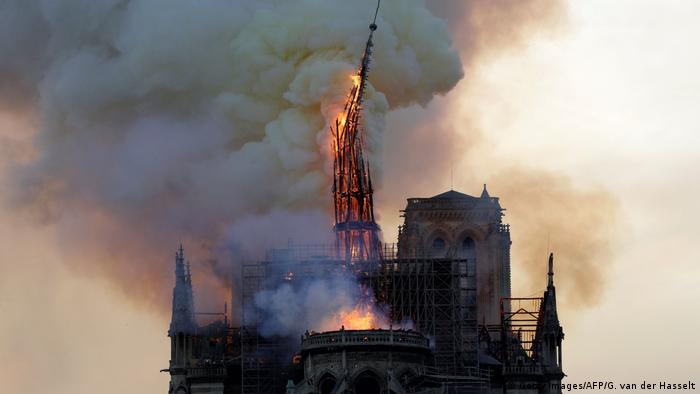 Notre Dame steeple falling down (Getty Images/AFP/G. van der Hasselt)