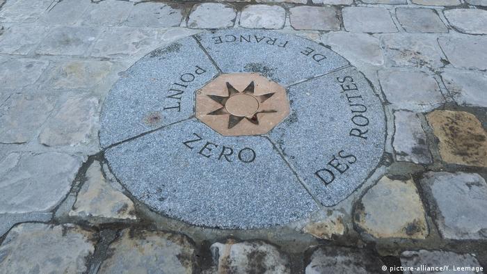 Platte im Boden zeigt den Null-Punkt der Stadt vor Notre-Dame