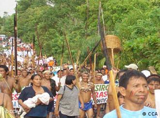 Angehörige des Volkes der Bari protestieren gegen Rohstoffabbau