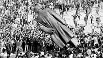 Der Sturz der Enver Hoxha Statue in Tirana 1991 (Foto: Armando Babani)