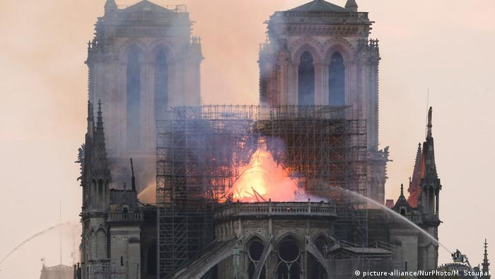 Notre Dame in flames (picture-alliance/NurPhoto/M. Stoupak)