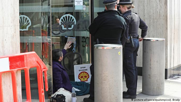 Protester at Shell Centre London April 2019 (picture-alliance/dpa/empics/J. Brady)