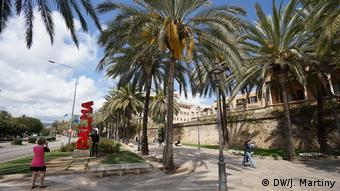 A holiday snapshot being taken at the sea promenade in Palma (DW/J. Martiny)