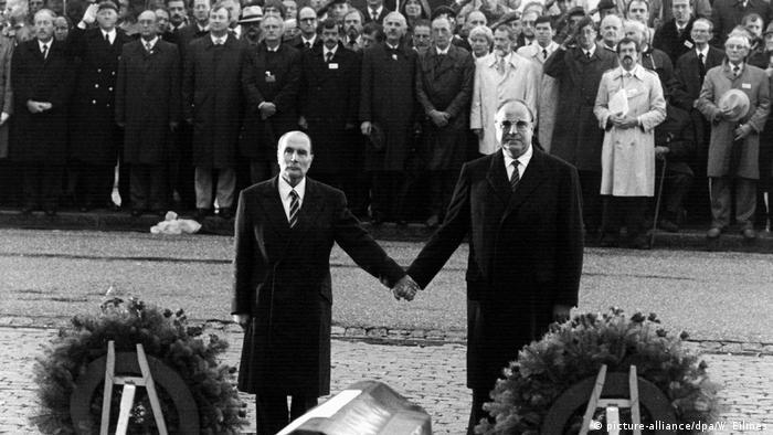 Frankreich Verdun 1984 | Präsident François Mitterrand & Bundeskanzler Helmut Kohl (picture-alliance/dpa/W. Eilmes)
