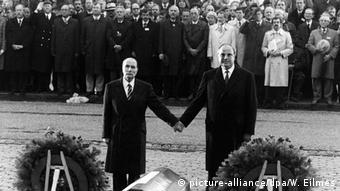François Mitterrand e Helmut Kohl de maõs dadas