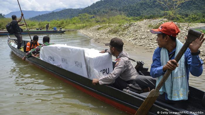 Indosien Wahlurnen in Sumatra (Getty Images/AFP/C. Mayuddin)