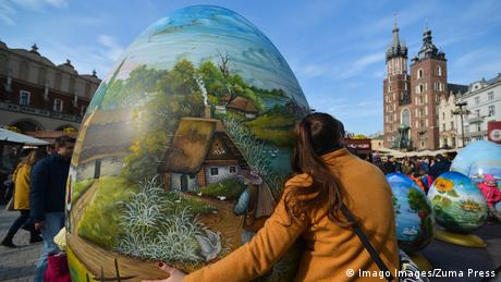 Великден не минава без боядисани яйца. Особена рядкост са тези двуметрови изписани яйца от хърватския регион Копривница. Те са част от културен проект, стартирал преди десет години. Пищно изписаните яйца могат да се видят на много места в Хърватия, разменят се също като подарък в знак на приятелство. На снимката се вижда едно такова яйце, подарено на жителите на полския град Краков.
