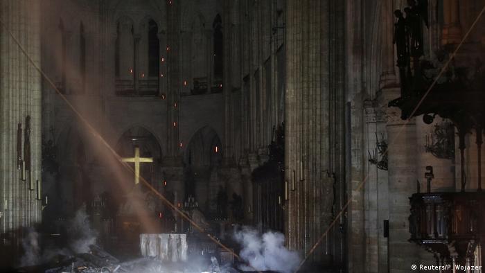 Руйнування всередині собору Паризької Богоматері