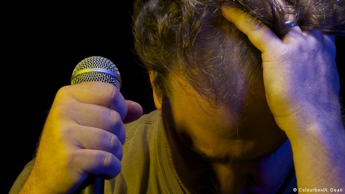 Un cantante con micrófono.