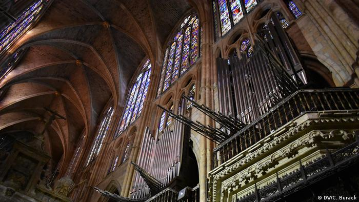 Leon Cathedral Organ: Made in Germany, Heard in Spain - The pipes among stained-glass windows (DW/C. Burack)