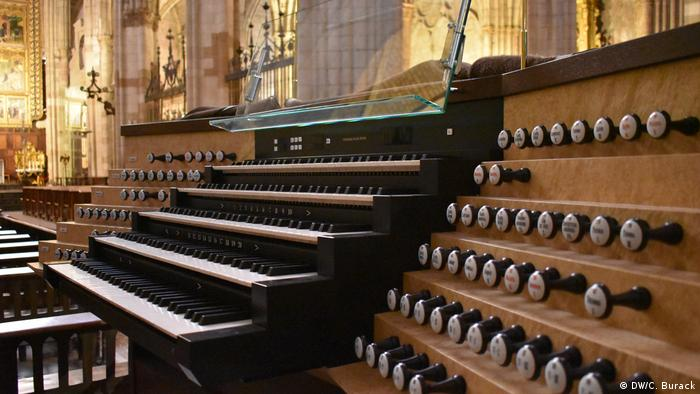 The organ in Leon with multiple keyboards and stops (DW/C. Burack)