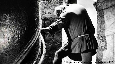 Η τραγική ιστορία του Κουασιμόδου προσφέρει εξαιρετικό υλικό για τη βιομηχανία του υπερθεάματος και βρισκόταν ήδη από τις αρχές πολύ συχνά στο επίκεντρό της. Η φωτογραφία προέρχεται από το 1939 και τη μεταφορά της ιστορίας στη σκοτεινή αίθουσα από τον σκηνοθέτη Γουίλιαμ Ντίτερλε.