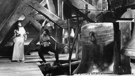 Η πιο διάσημη μεταφορά του μυθιστορήματος στη μεγάλη οθόνη βέβαια παραμένει μέχρι σήμερα η ιταλογαλλική παραγωγή του 1956: η γοητευτική Λολομπριτζίντα και ο Άντονι Κουίν στους πρωταγωνιστικούς ρόλους.