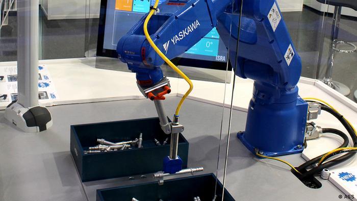 Deutschland Produktion bei ASS | Roboter greift in Kiste