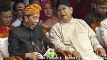Indonesien wählt neuen Präsidenten und Parlament | Joko Widodo und Prabowo Subianto (picture-alliance/AP Photo/T. Syuflana)